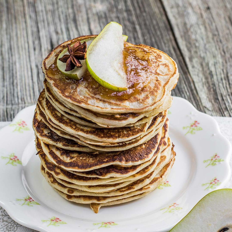 Quinoa-Pancakes mit frischem Birnen-Kompott