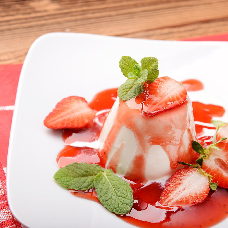 Mini-Panna Cotta-Gugelhupf mit Erdbeer-Rhabarber-Kompott