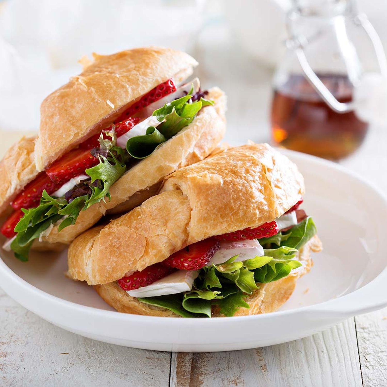 Erdbeer-Sandwich mit Hühnerfilet und gepfeffertem Frischkäse