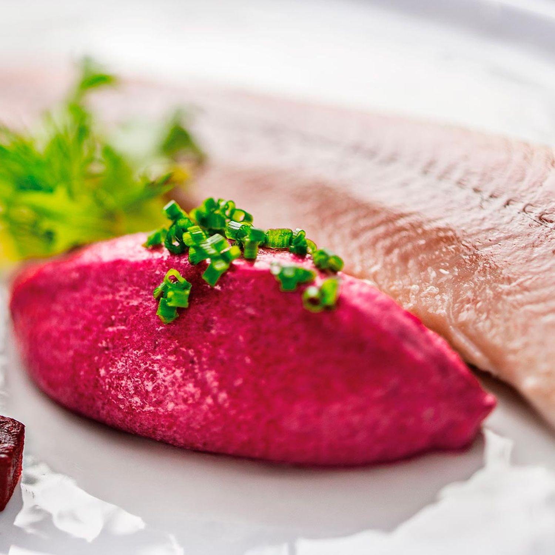 Rote-Rüben-Mousse mit geräucherter Forelle