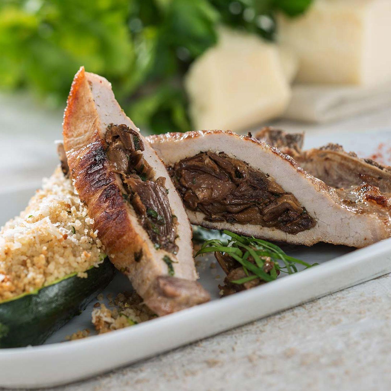 Gegrillte Bio-Koteletts mit Steinpilz-Petersilienfüllung auf Zucchini-Couscous