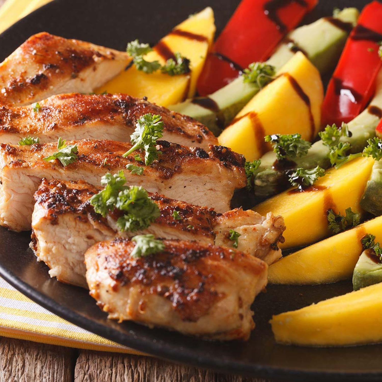 Premium Hähnchen-Grillplatte mit Mango-Avocado-Salat