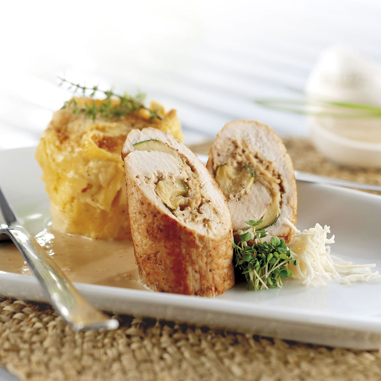 Zucchini-Putenroulade auf Senfschaum, dazu Nudelsoufflé