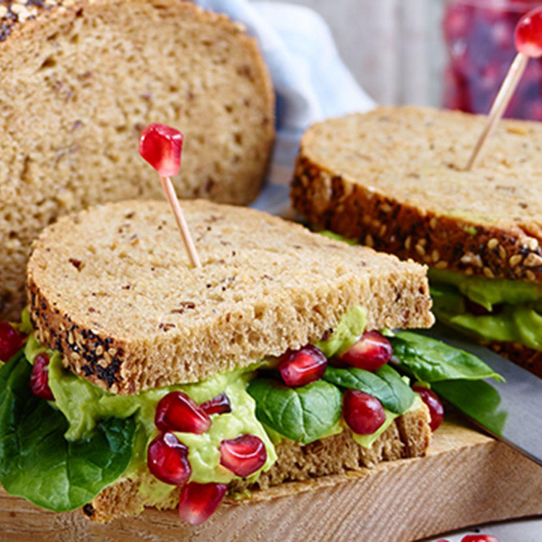 Superfood-Sandwich mit Avocadocreme, Granatapfel und Spinat