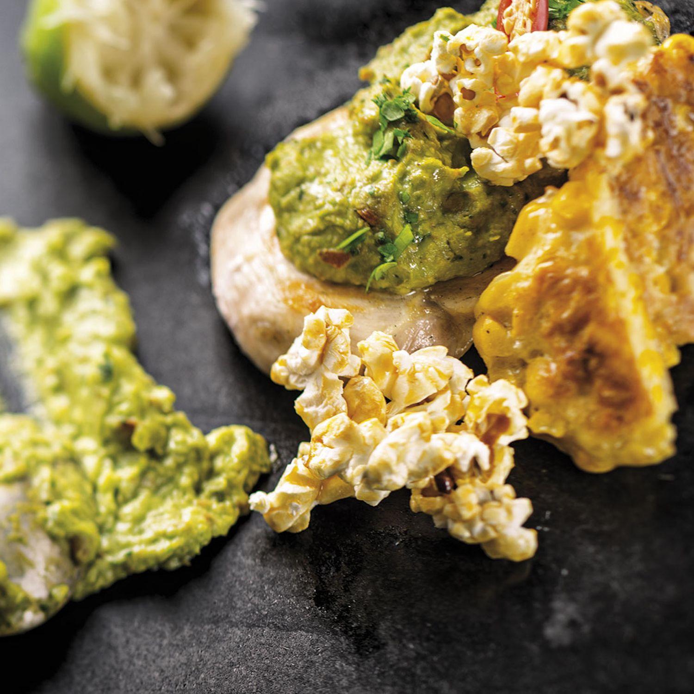 Guacamole-Hähnchen mit Maispuffer und Karamell-Popcorn