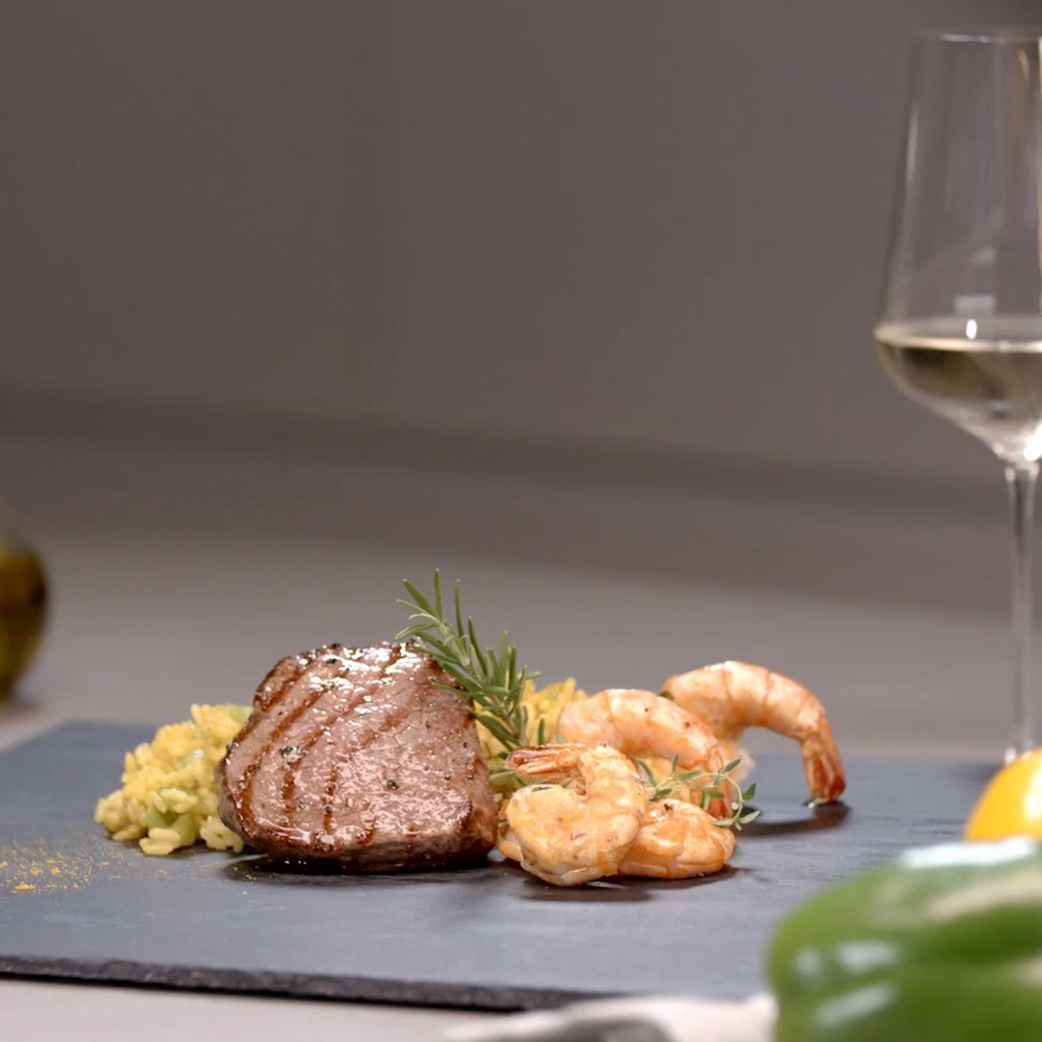 Surf and Turf mit Curry-Paella