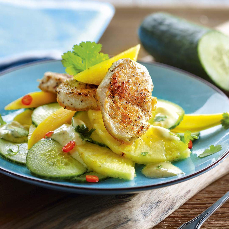 Exotischer Gurken-Ananas-Salat mit Mini-Truthahnstreaks