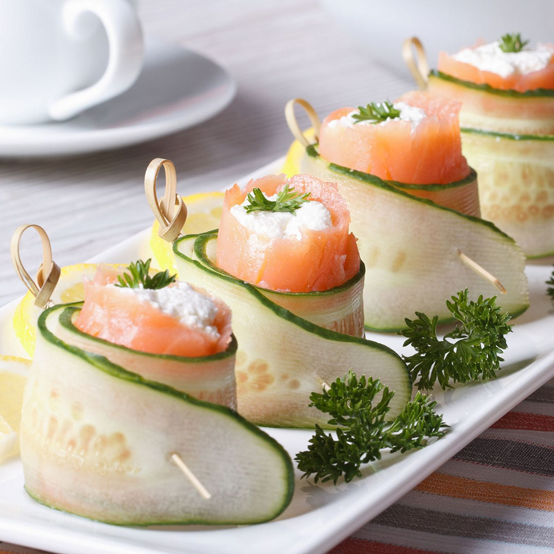 Gurken-Räucherlachs-Röllchen auf Mini-Pancakes