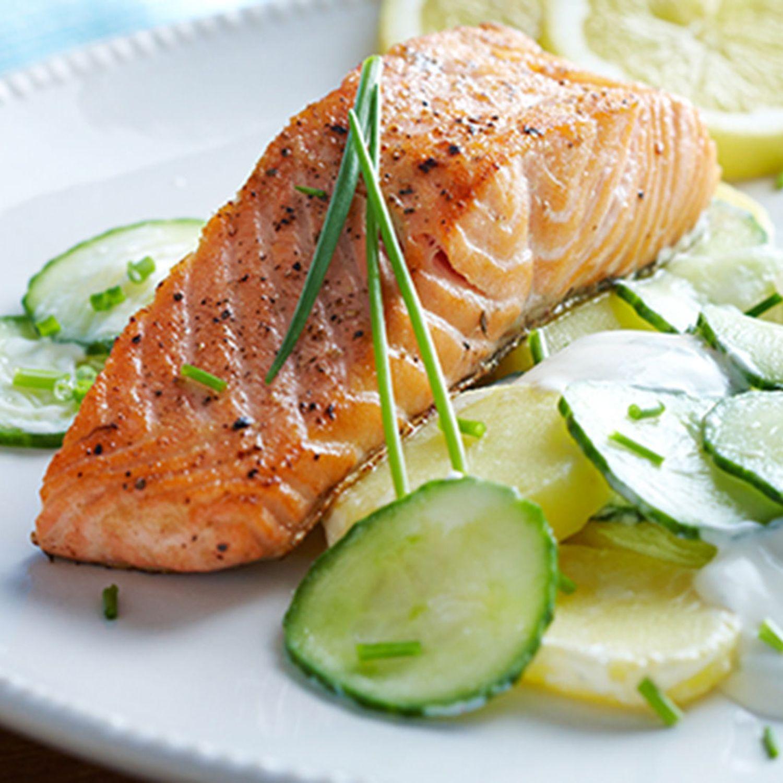 Kartoffel-Gurken-Salat mit Krendressing und frischem Lachsfilet