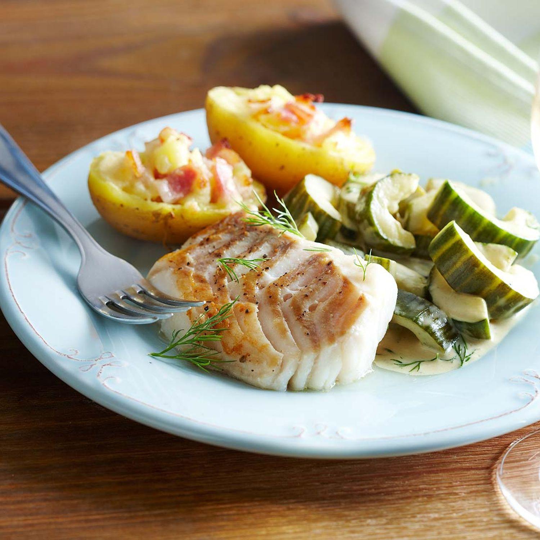 Lachsfilet in Senf-Gurken-Sauce und gefüllter Speckkartoffel