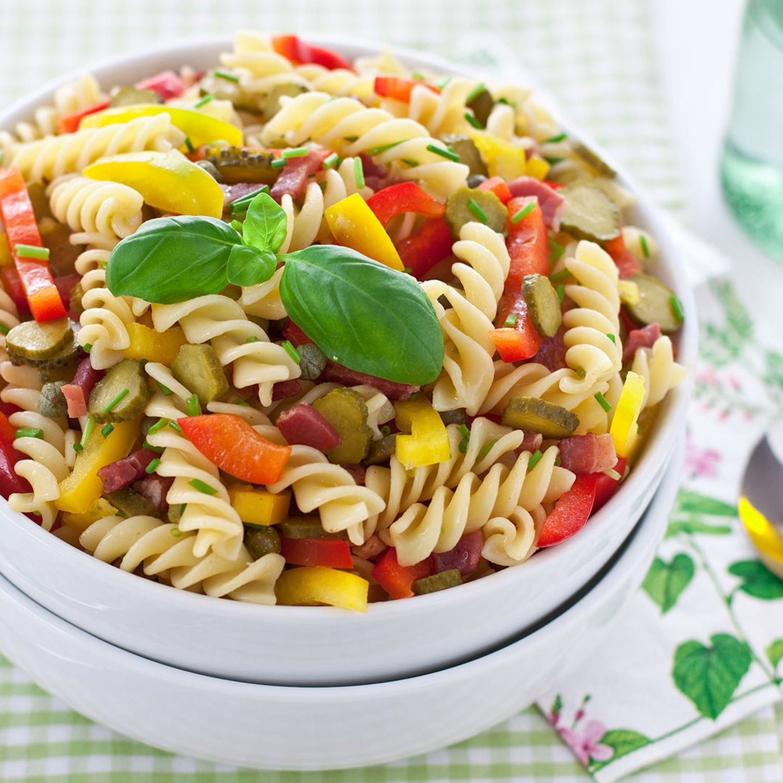 Nudelsalat mit Paprika, Speck, Oliven und Basilikum