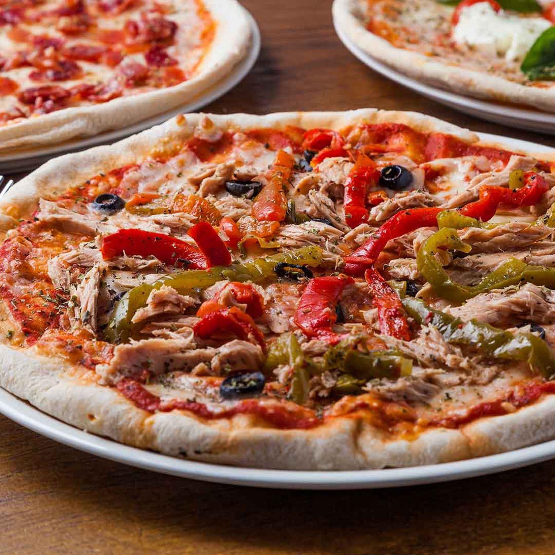 Pizza mit Thunfisch, Knoblauch und Paprika