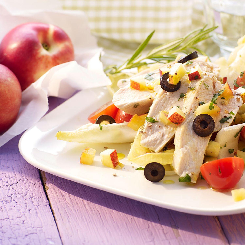 Nektarinen-Chicorée-Salat mit Oliven und gedünsteten Hühnerfilets