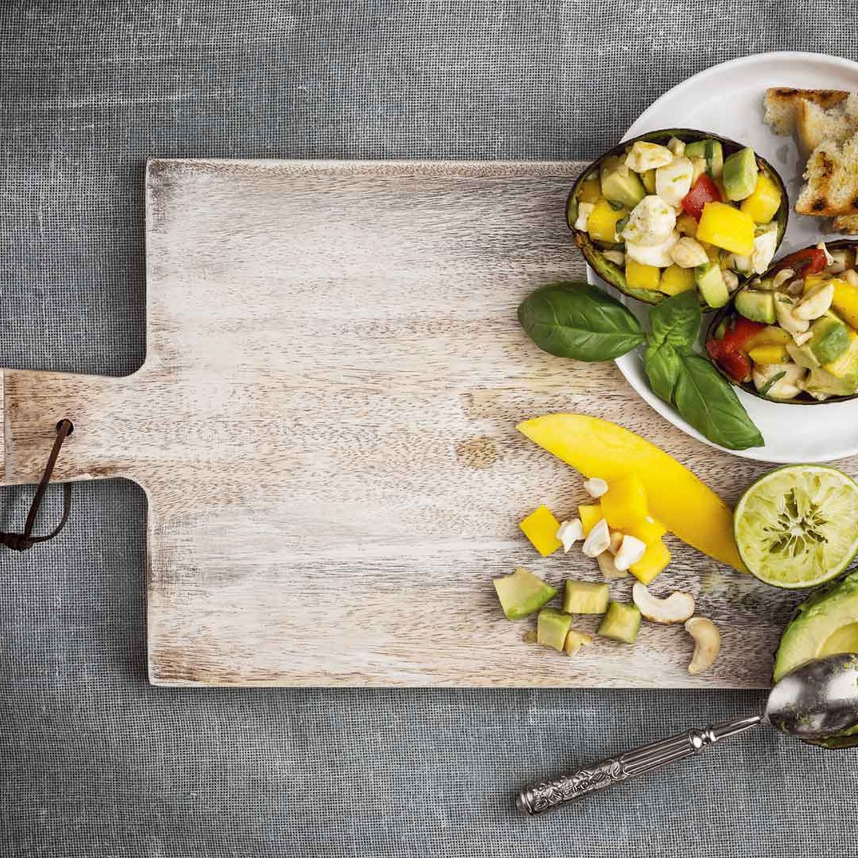 Exotischer Sommer-Salat mit Avocado, Mango und Mozzarella