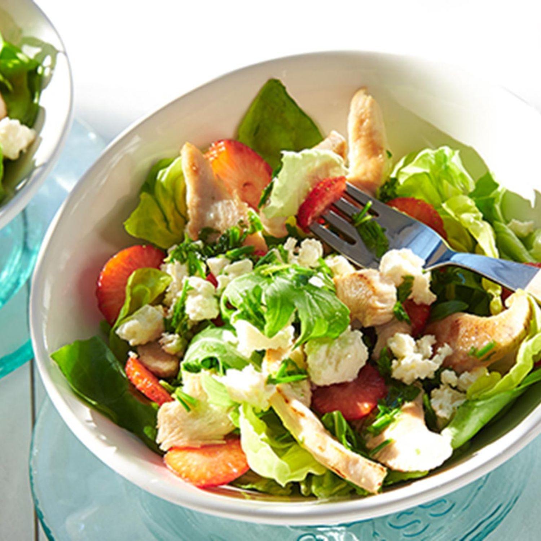 Kopfsalat mit Erdbeeren und Putenstreifen