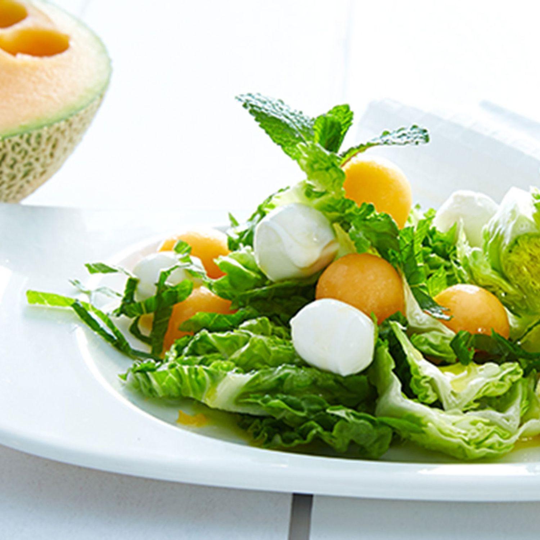 Melone-Mozzarella-Bällchen auf Eisbergsalat