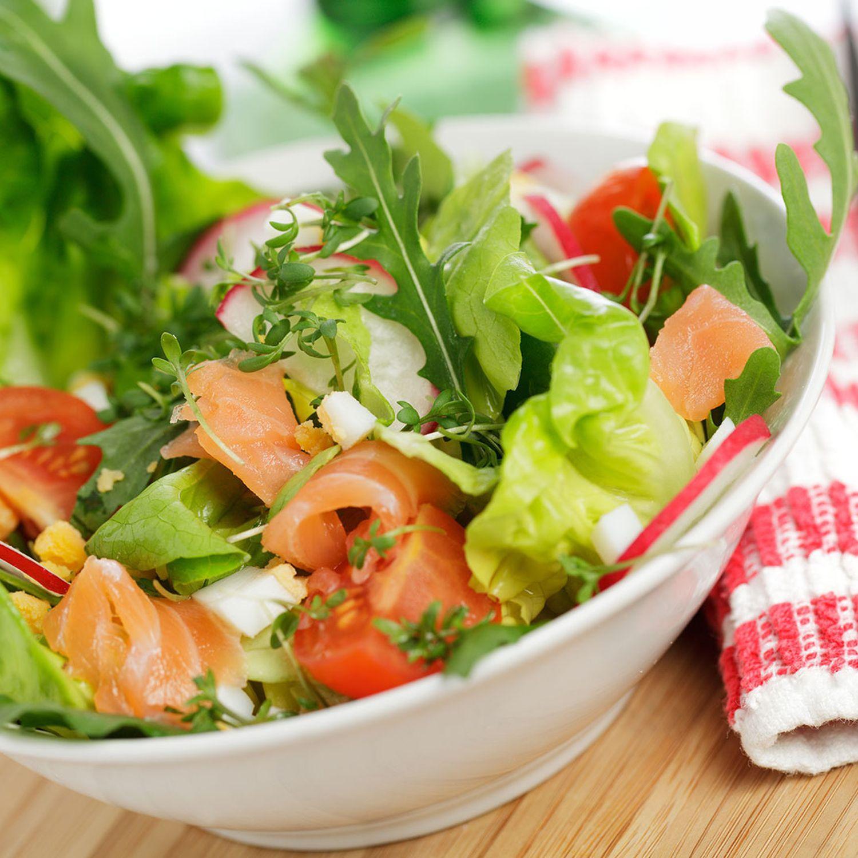 Salat mit Räucherlachs und Kartoffelwürfeln