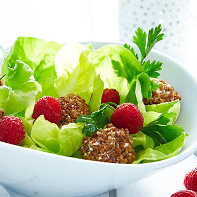 Salat-Mix mit Frischkäsebällchen