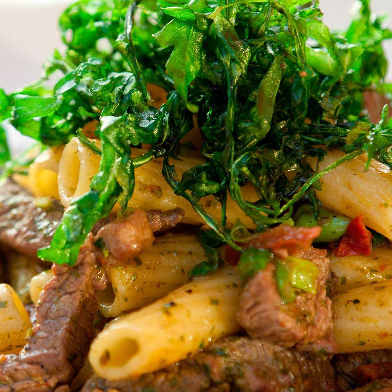 Warmer Pastasalat mit Rumpsteakstreifen vom Grill