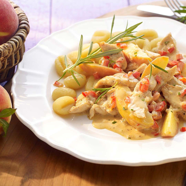 Hühner-Geschnetzeltes mit Pfirsichspalten und Honig-Rosmarin-Sauce
