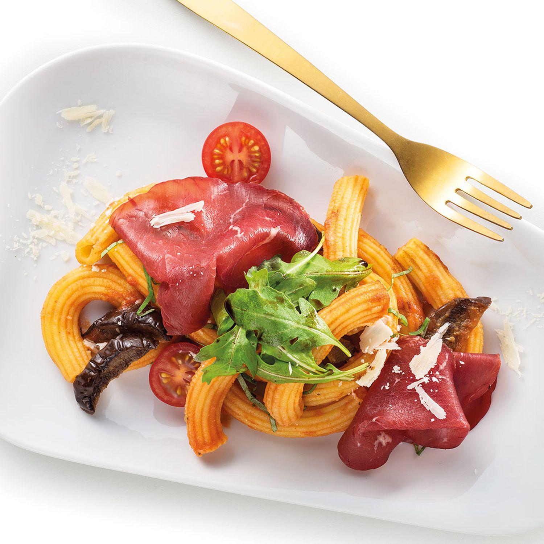 Karotten-Maccheroni mit Kirschtomaten, Auberginensauce und Bresaola