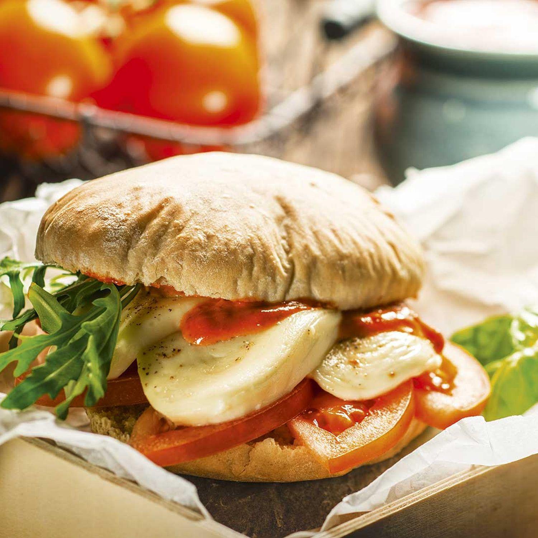 Pizzabrot-Burger mit Pesto Rosso