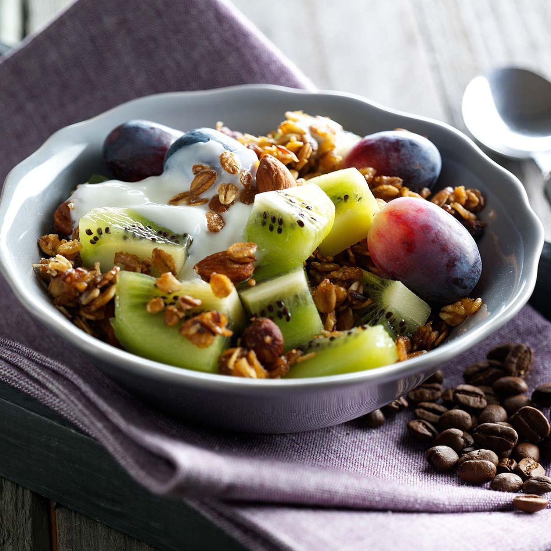 Kiwi und Trauben mit geröstetem Espressomüsli