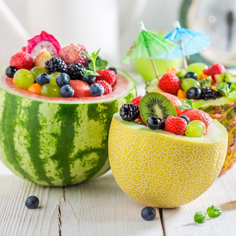 Obstsalat mit Melonenkügelchen und Beeren