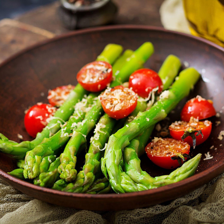 Gebratener grüner Spargel mit Kirschtomaten, Zwiebel und Rosmarin