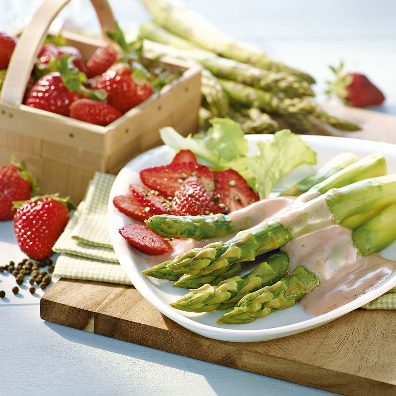 Grüner Spargel mit gepfefferten Erdbeeren und Rotwein-Mayonnaise