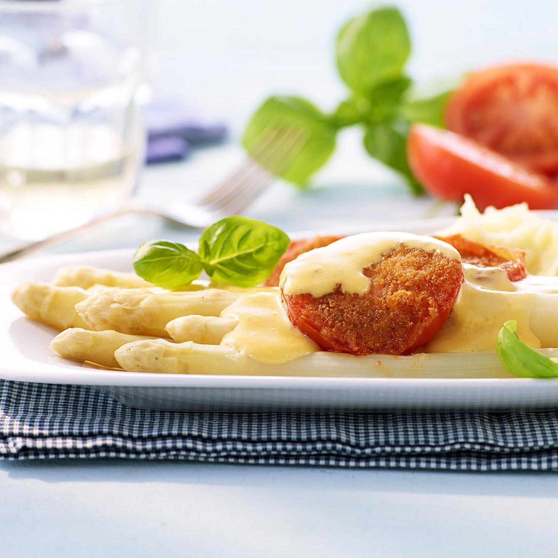 Spargel mit Parmesan-Hollandaise und Tomaten
