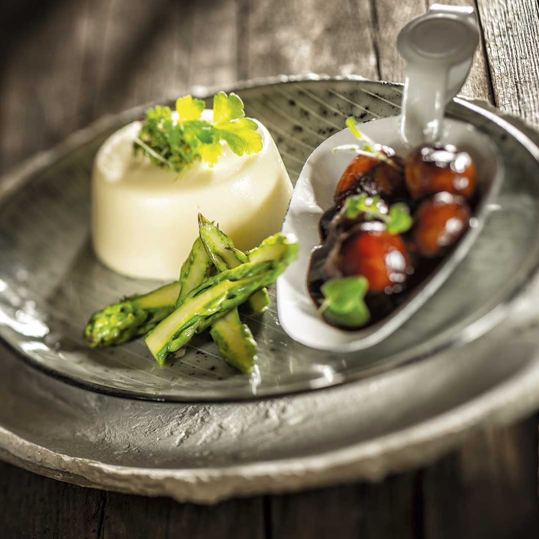 Weißer Spargelflan mit grünem Spargel und Cocktailtomaten-Ragout