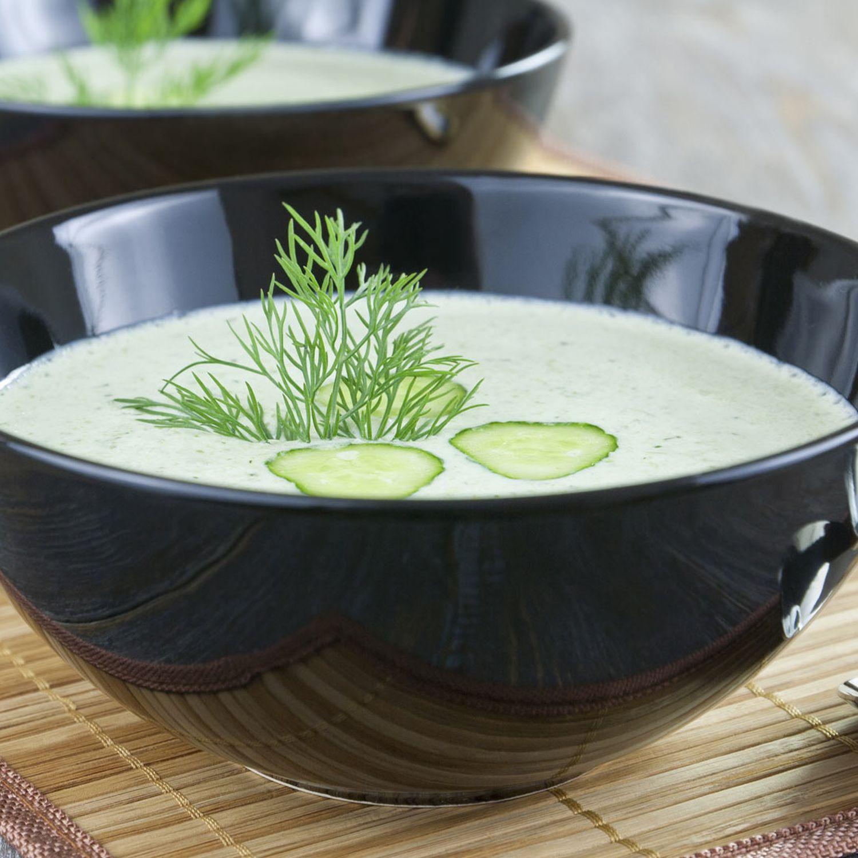 Kalte Gurken-Dill-Suppe mit Sauerrahm und Vollkornbrot-Croûtons