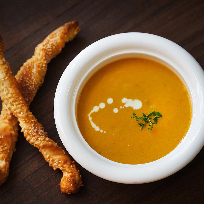 Karotten-Ingwer-Suppe mit Sesam-Blätterteigsticks