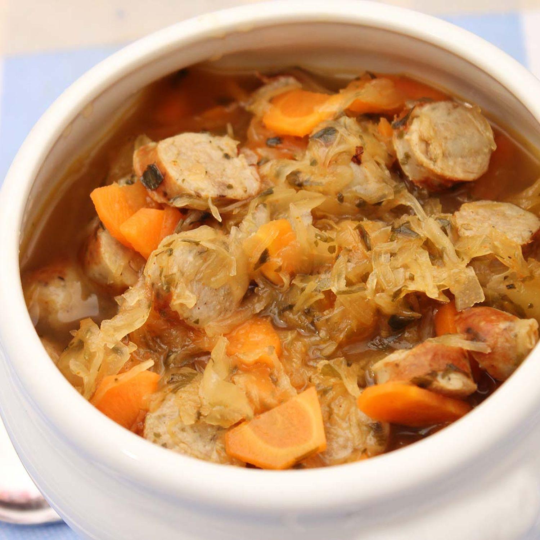 Sauerkrautsuppe mit Bratwurstspieß