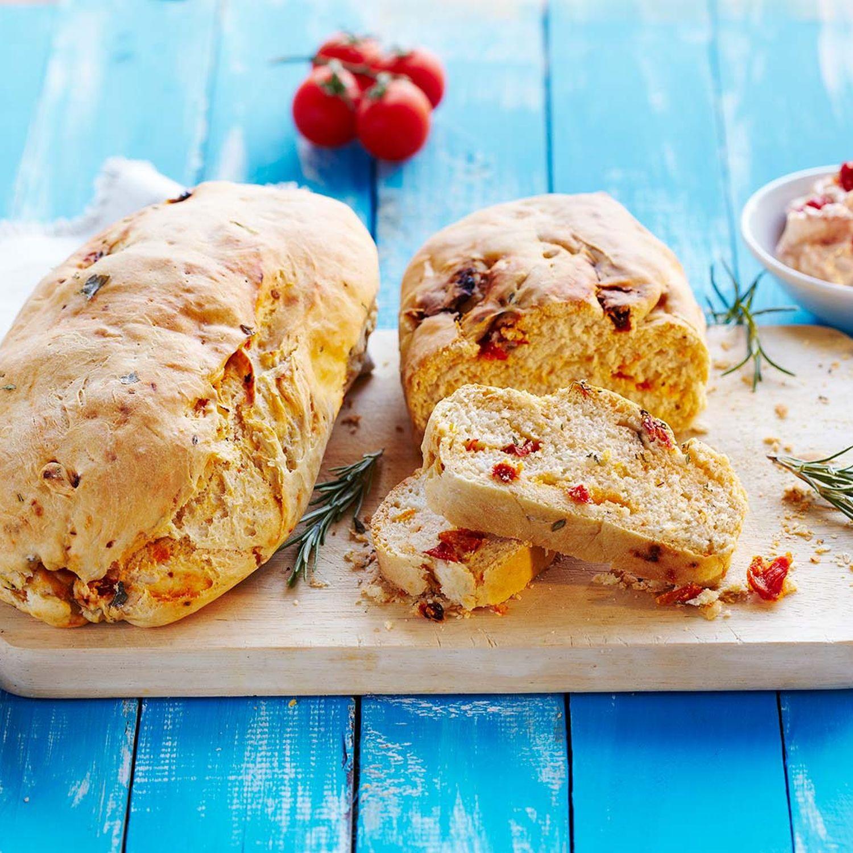 Kräuter-Ciabatta mit getrockneten Tomaten und Frischkäse-Dip