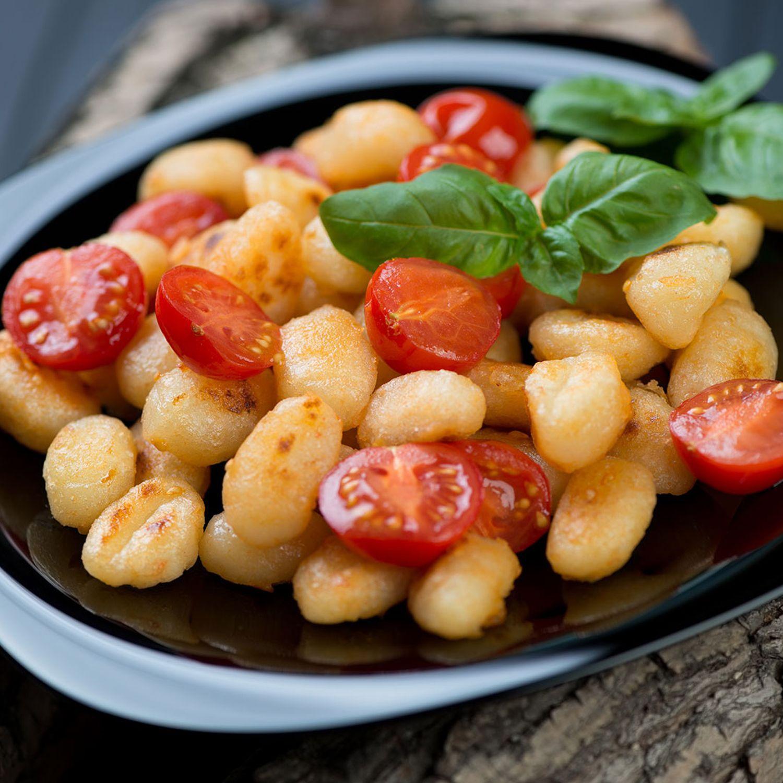 Basilikumgnocchi mit lauwarmem Tomatensalat
