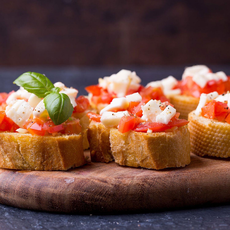 Warmes Tomaten-Basilikum-Bruschetta