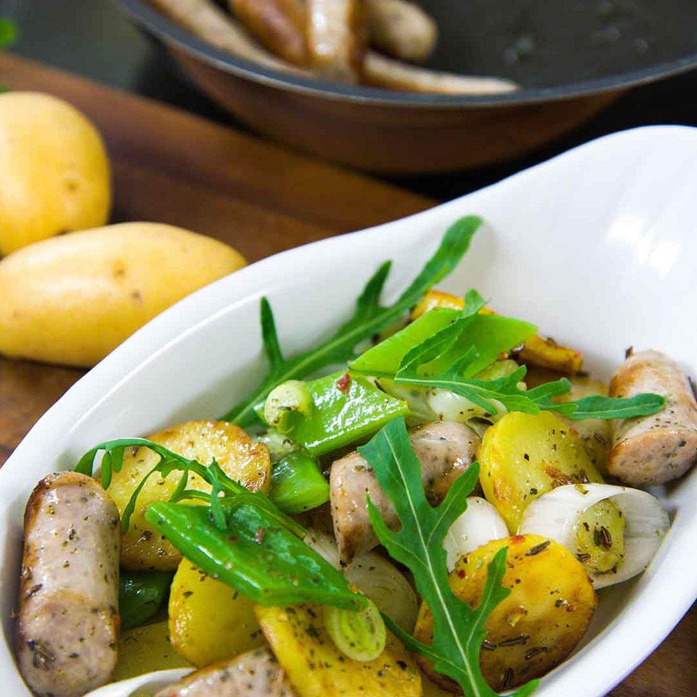 Bratkartoffelsalat mit Rostbratwürstel und Rucola