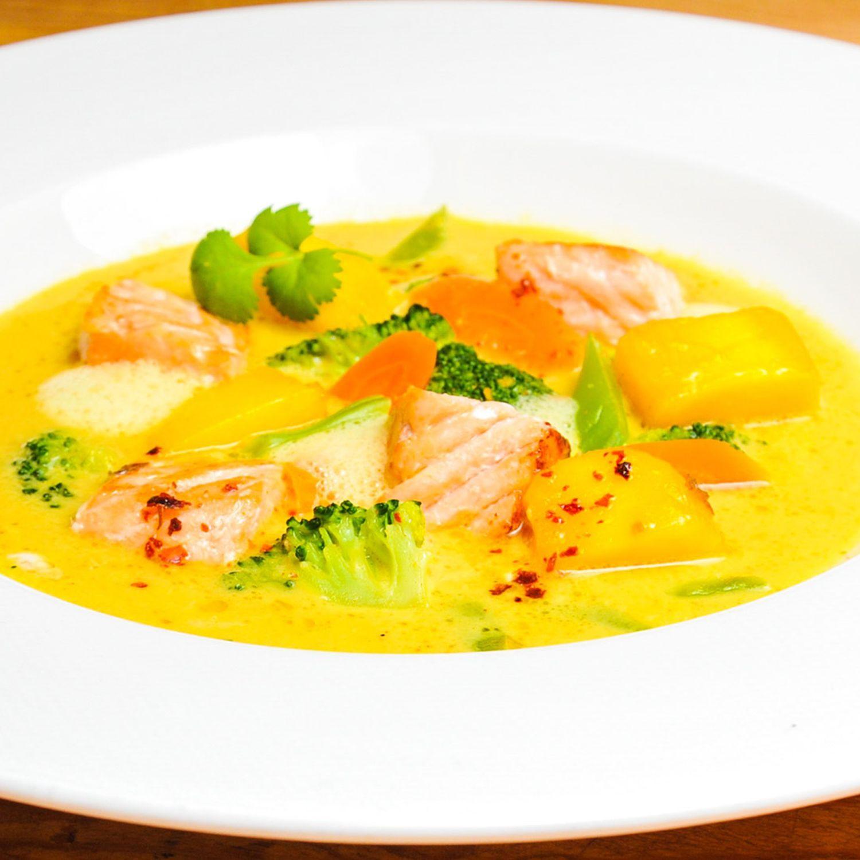 Curryrahmsuppe mit Mango und Lachs