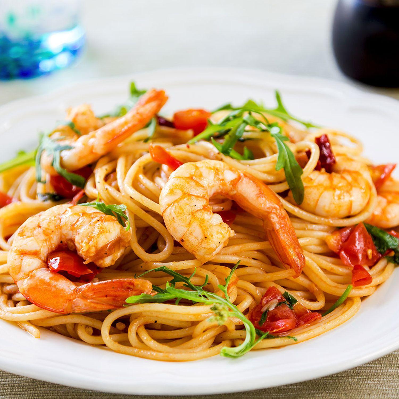 Curryspaghetti mit Garnelen und Tomaten