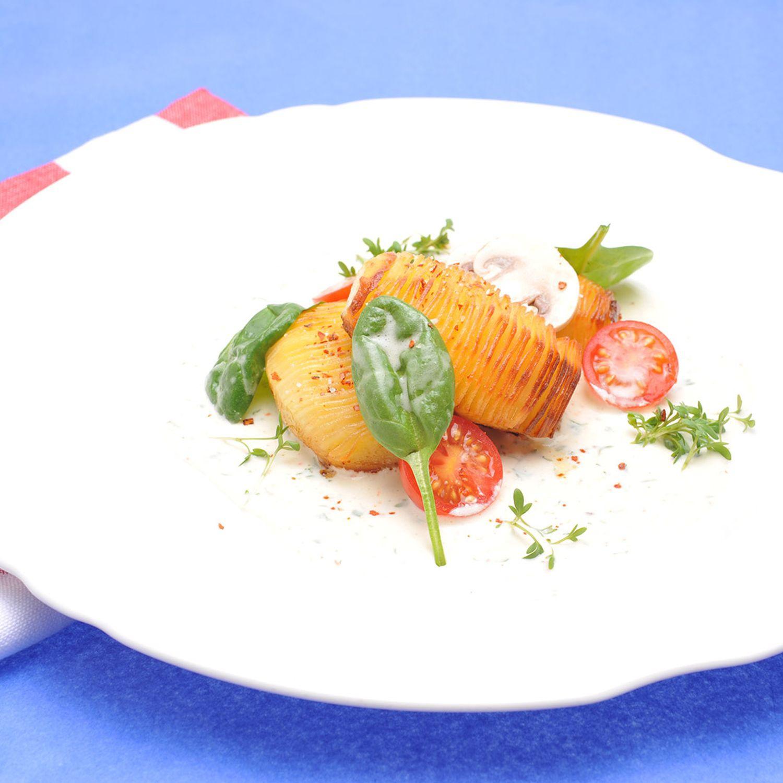 Fächerkartoffeln auf Käse-Kresse-Joghurt mit Tomaten-Spinat-Salat
