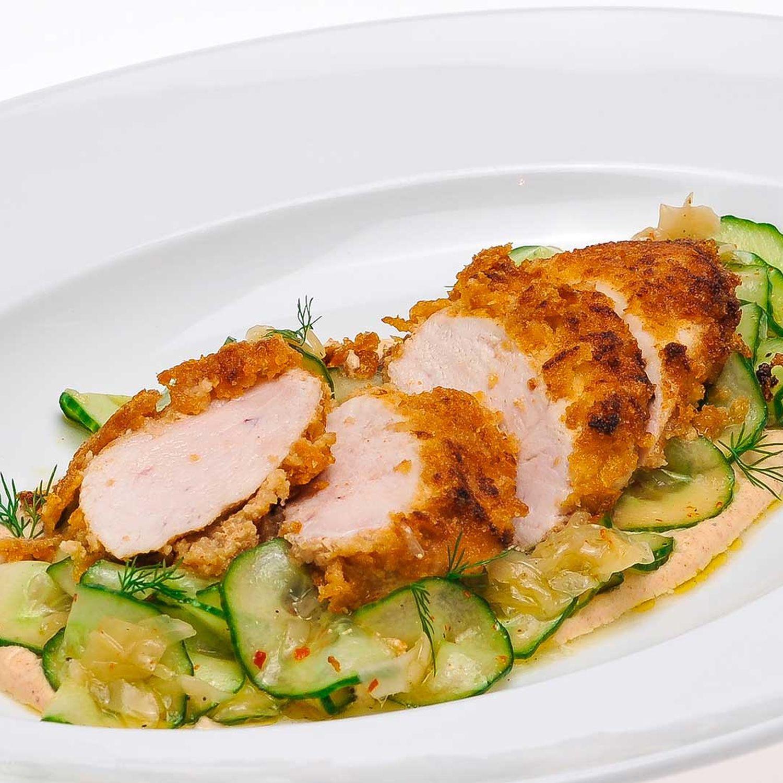 Gebackenes Hühnerbrustfilet auf Gurken-Ingwer-Salat