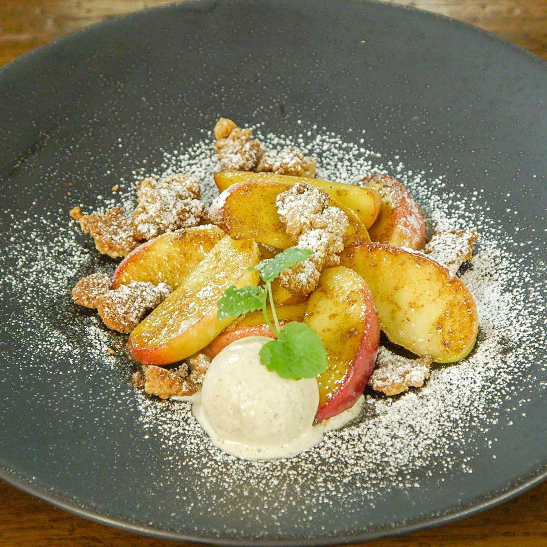 Gebratene Apfelspalten mit Vanilleeis und Gewürzstreuseln