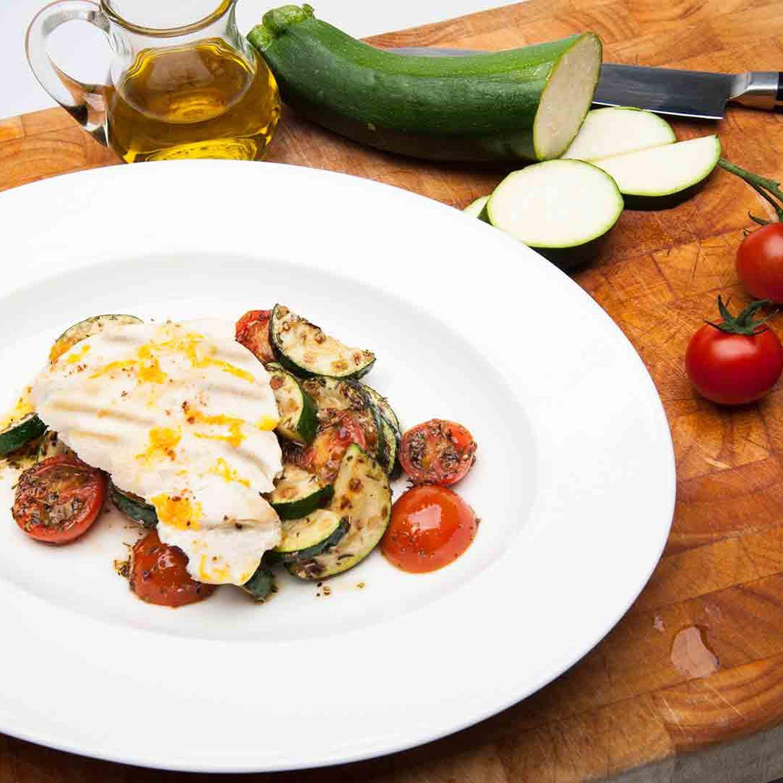 Gebratene Hendlbrust auf Tomaten-Zucchini-Gemüse