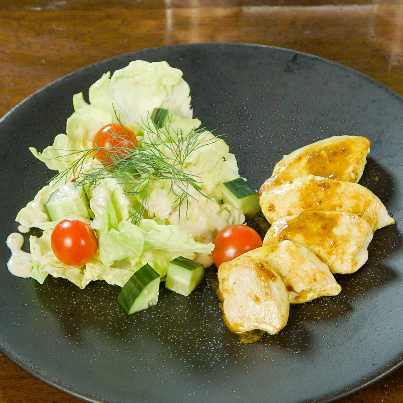 Gebratenes Hähnchen auf Kopfsalat mit Joghurt-Kräuter-Dressing