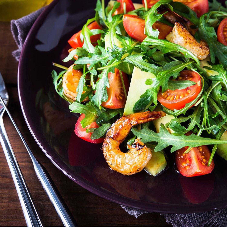 Gegrillte Garnelen auf Avocado-Tomaten-Salat