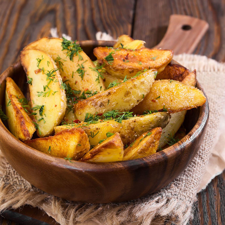 Gegrillte Kartoffel-Wedges und Backofen-Wedges mit Gewürzöl