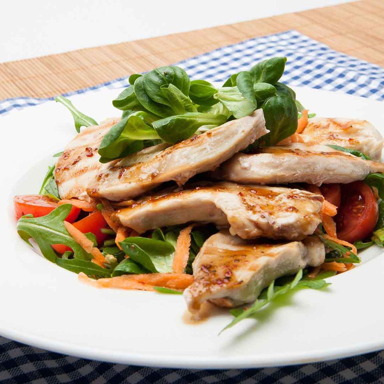 Gegrilltes Hühnerfilet in Gewürzmarinade mit Rucola-Vogerl-Salat