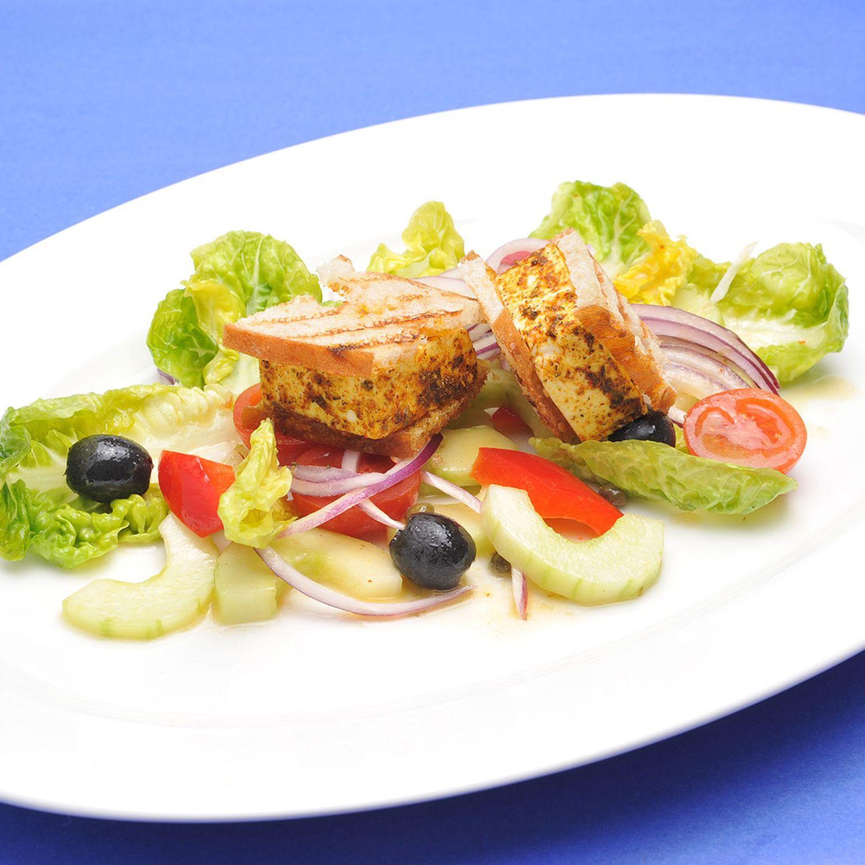 Griechischer Bauernsalat mit Feta in der Brotkruste